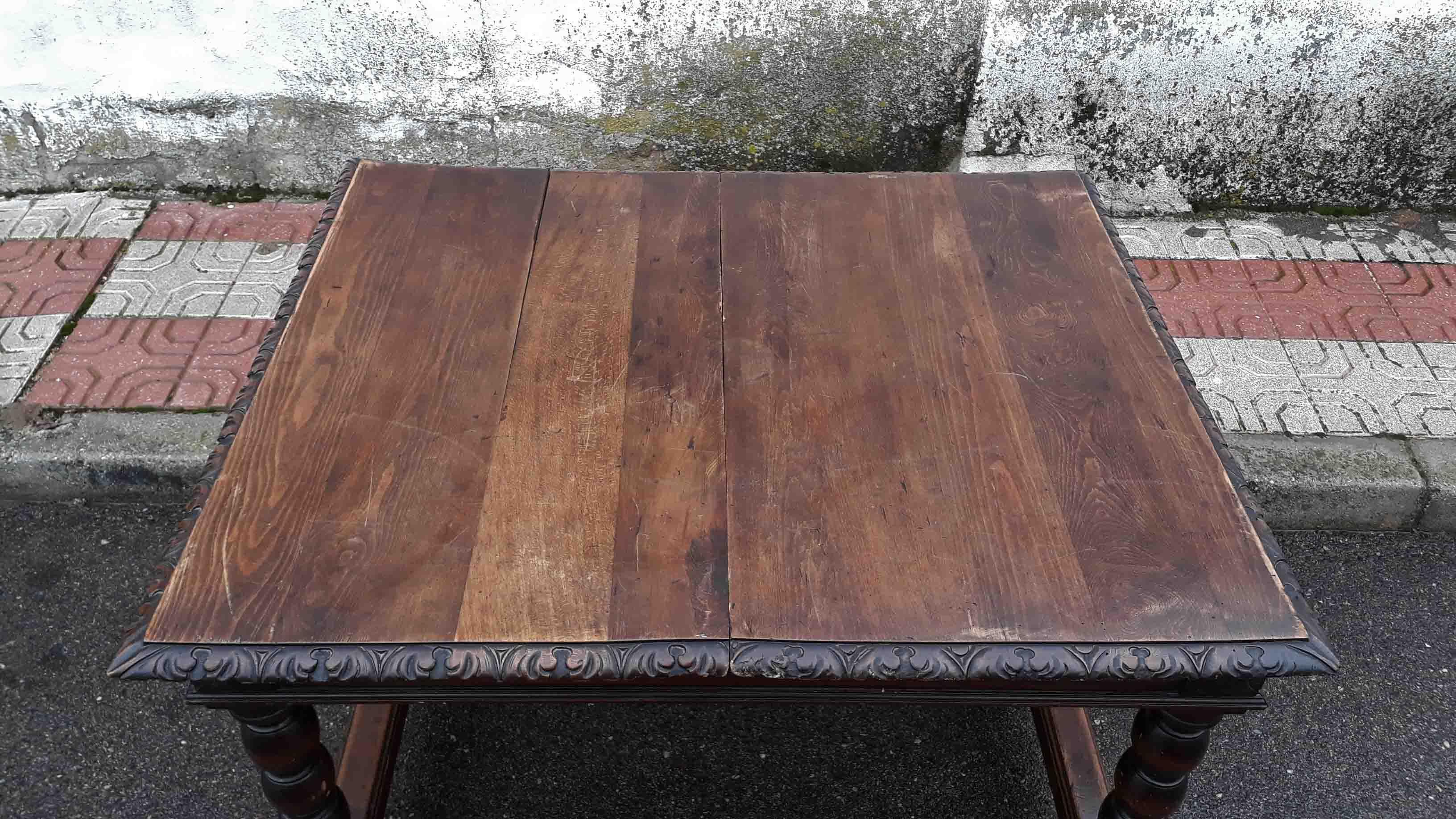 Mesa de salón comedor antigua de madera estilo rústico o renacimiento.